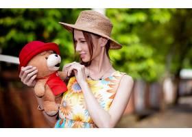 人,户外的女人,帽子,背景虚化,花的,填充玩具动物,黑发,泰迪熊,项