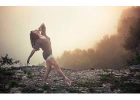 人,抬头看,户外的女人,芭蕾舞鞋,悬崖,薄雾,黑发,美女,芭蕾舞演员