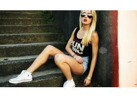 人,热裤,墨镜,交谈,美女,金发,牛仔短裤,楼梯,戴眼镜的美女,城市