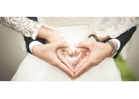 新婚新人手摆心形背景图片