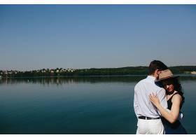 海边拥抱的情侣