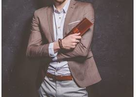 时尚男模特手握男士钱包效果展示