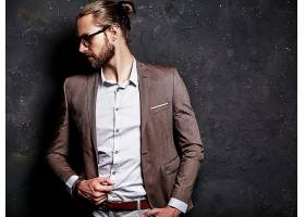 时尚男模特室内西装服装展示