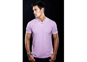 紫色T恤的男青年