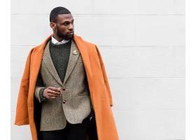 橙色外套休闲针织衫黑人男子
