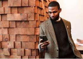 街拍休闲穿针织衫的黑人男子