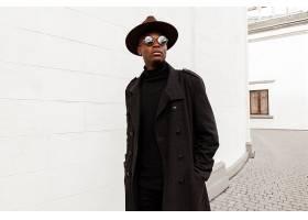 穿黑色大衣的黑人男子