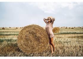 在稻田里站着的休闲女性