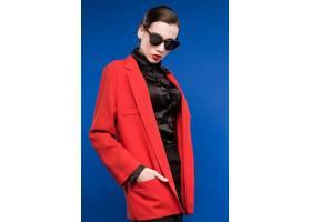 红衣职场女性形象照