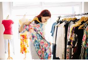 在服装店挑选衣服的女性