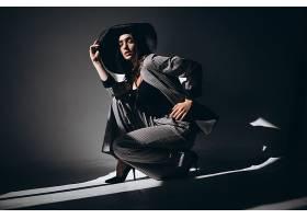 室内暗空间女性艺术照