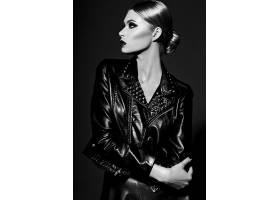 黑白穿皮革的时尚女性形象照