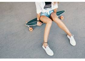 坐在滑板上的美女