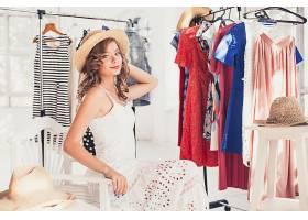 在服装店试衣服的女性