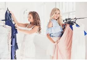 购物逛服装店的女性