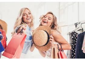 在逛街购物的女性图片