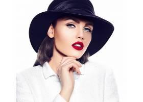 戴帽子的白衣女性图片