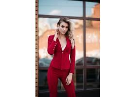 红色服装搭配职场女性