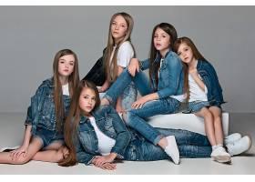 穿牛仔衫白T恤的姐妹团