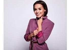 穿紫色睡裙的女性