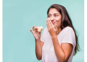 偷吃面包的女性
