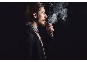 抽烟的侦探形象男子