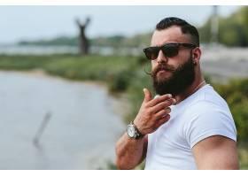 湖边的肌肉胡子男
