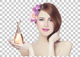托着香水瓶的年轻气质女性