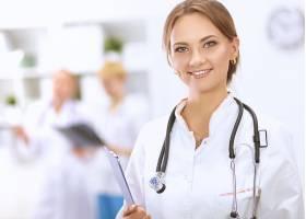 微笑的女性医护工作者