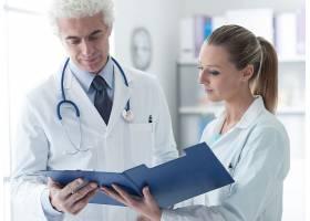 护士与医生查看检验报告