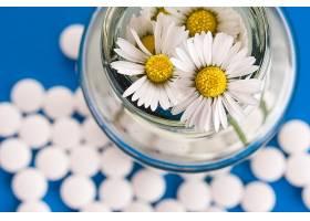 白色野菊花与药丸