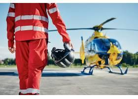 医护人员的抢救紧急救援飞机与人物背影