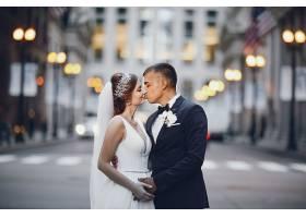 街头亲吻的浪漫情侣婚纱照