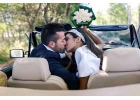 车上亲吻的婚纱摄影