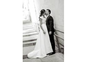 灰色楼梯的婚纱摄影