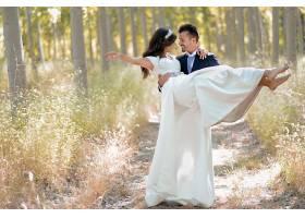 森林里的新式浪漫新人情侣婚纱照