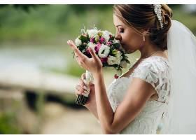 闻花束的年轻新娘