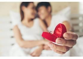 展示婚戒的新人情侣