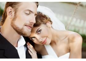 浪漫甜蜜的新人夫妻