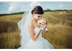 拿着花束的婚纱新娘