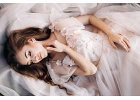 躺着的婚纱新娘图片