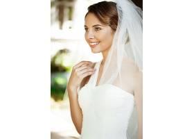 年轻的婚纱新娘