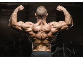硕大肌肉男子握拳背影展示
