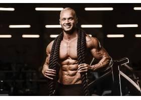 拿着绳子的肌肉男子