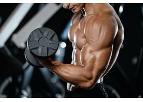 举哑铃健身房肌肉教练肌肉展示