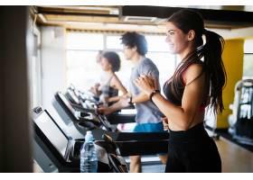 性感年轻跑步机健身女性