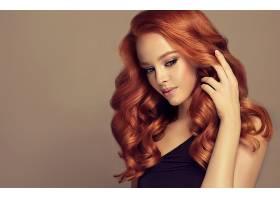 红色卷发气质女性侧脸图片