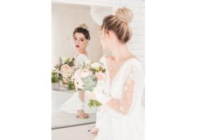 拿着花束照镜子的新娘