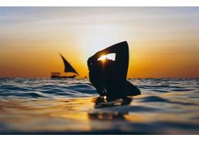 黄昏海边女性背影
