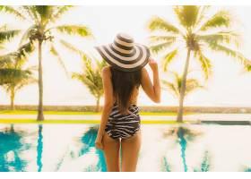 阳光女性海岛泳池背影